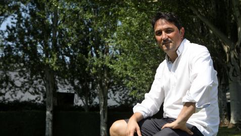 El director deportivo  Braulio Vázquez posa junto a los campos de Tajonar en el acceso a las instalaciones rojillas