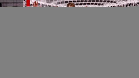 El español Álex Dujshebaev (c) intenta lanzar a portería ante los noruegos Magnus Gullerud (i) y Petter Oeberby (d) durante el partido de balonmano del grupo A