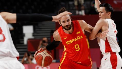 El base español Ricky Rubio trata de zafarse de la defensa de la selección japonesa durante el primer partido de la selección española