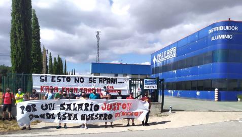 Trabajadores de Jealser se manifiestan en la puerta de la fábrica
