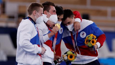 Gimnastas rusos celebran el oro conquistado en los Juegos Olímpicos de Tokio 2020
