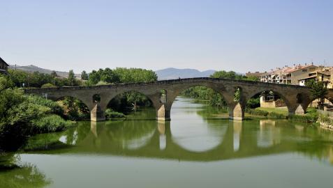 El puente románico es el emblema de Puente la Reina, localidad donde confluyen el camino francés y aragonés