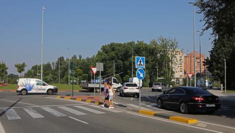 Como los coches circulan a altas velocidades por este tramo de la calle Sadar, muchos peatones cruzan con miedo.