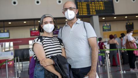 Juan Iraola Sáez de Albéniz, pamplonés, con su hija Marta Iraola Iribarren, en el aeropuerto, esperando el avión a Tenerife