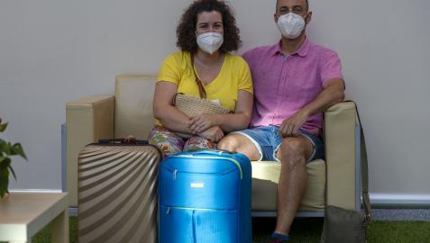 Aitziber Miner y Daniel Barral, matrimonio del barrio pamplonés de Mendillorri, esperando el vuelo a Menorca del pasado sábado