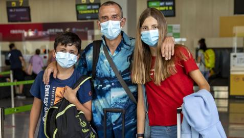 Francisco  Javier Lasa Arraiza, con sus hijos, Igor  (11 años) y Janis (14 años) Lasa De Carlos, con las maletas, antes del embarque