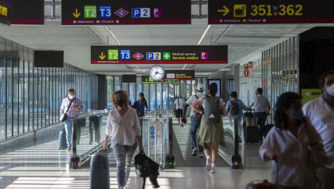 Pasajeros en el aeropuerto Adolfo-Suárez Madrid Barajas