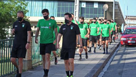 El técnico Quique Domínguez, el central Ibai Meoki y el fisioterapeuta Josetxo Retegi, encabezando al Helvetia ayer en el inicio del paseo