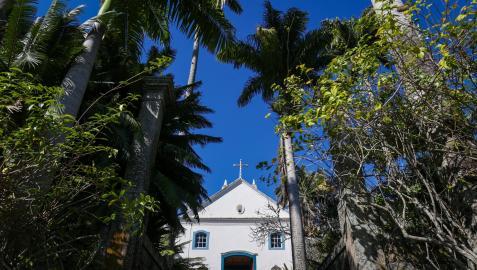 Fotografía de la fachada de una capilla en el Sitio Burle Marx