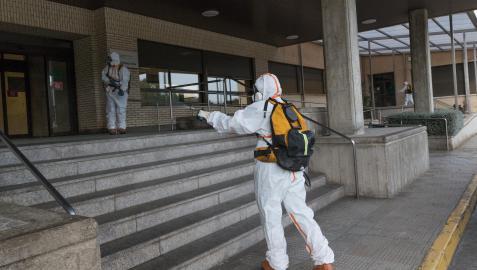 Voluntarios de Protección Civil desinfectan el exterior del Reina Sofía el pasado mes de marzo