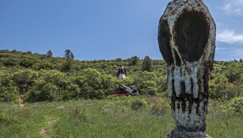 Una de las esculturas del parque de los Desvelados o de las Calaveras, en Estella