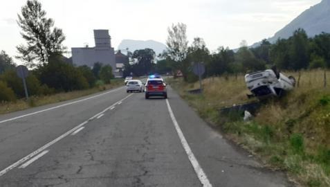 El coche, volcado junto a una arqueta