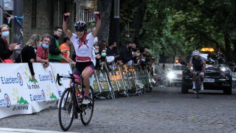 La ciclista del Ermitagaña Lacturale Laia Puigdefábregas se impuso en la meta del Redín a Ainara Albert. Se hizo con la etapa y el liderato