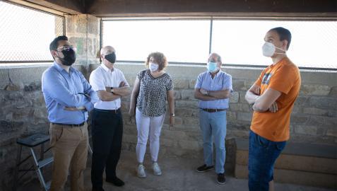 De izda a dcha JM, Bernardo, alcaldesa Maite Garbayo, concejales Jorge Bacaicoa y Alejandro Antoñanzas en la Torre del Chapitel.