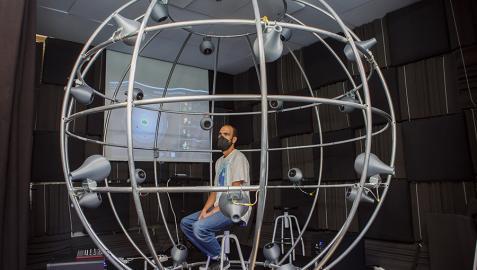 """El DJ Pablo Cotton escucha una composición en la """"jaulab"""" ubicada en el laboratorio de acústica de la UPNA"""