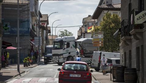 Un camión procedente de la calle Estella, incluida en el trazado de la carretera de Astráin, se incorpora a la calle San Martín