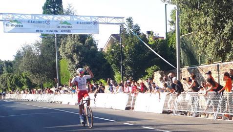 El catalán Marc Rubirola celebra el triunfo en la primera etapa de la Vuelta a Pamplona