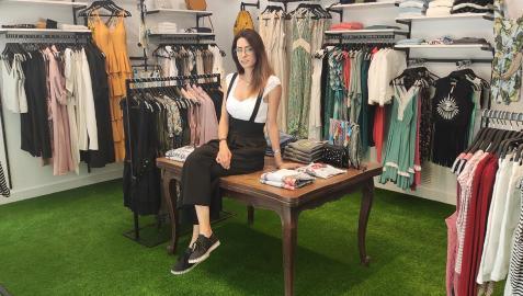 Zaya Suárez, entre el surtido de ropa que ofrece en I'mperfect, en la avenida San Ignacio número 14