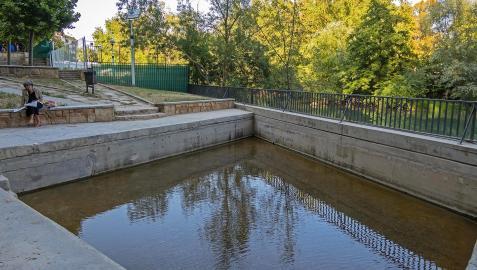 La poza del Agua Salada, solitaria casi sin agua y sin los habituales a este espacio natural junto al Ega