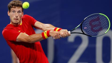 El español Pablo Carreño devuelve la bola al ruso Daniil Medvedev durante su encuentro de cuartos de final masculino de tenis en los Juegos Olímpicos 2020