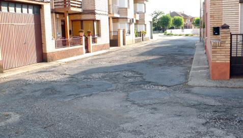 Imagen de la calle Grupo San Roque de Cintruénigo, con su pavimento muy deteriorado