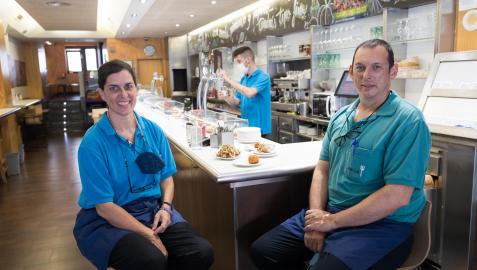 Los hermanos Guadalupe y Javier Riega Jiménez, junto a la barra del bar José Luis de Tudela.