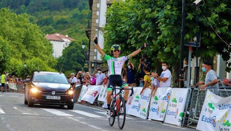 El ciclista del Finques Feliu, Ignasi Lambea, levanta los brazos tras proclamarse vencedor en Ochagavía de la segunda etapa