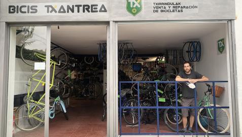 Javier Eguaras inauguró el 27 de julio Bicis Txantrea en la calle Mendigorría.
