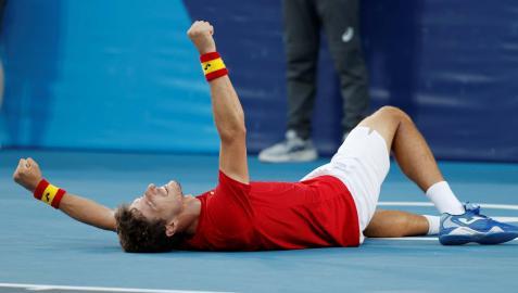 Pablo Carreño celebra el triunfo, tirado en el suelo, nada más lograr el tanto definitivo