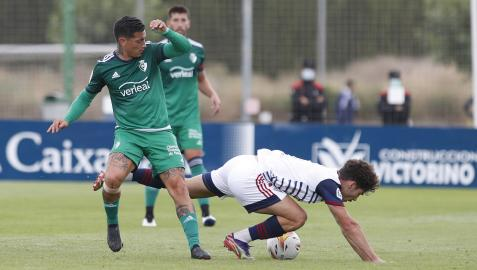 El Chimy Ávila disputa un balón con un rival ante la mirada de David García