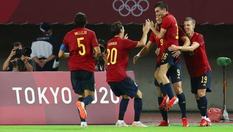 Los jugadores del combinado español celebran uno de los goles anotados por Rafa Mir