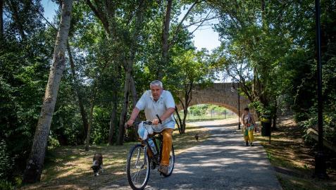 La convivencia entre bicicletas, peatones y perros junto a sus dueños es habitual en todo el paseo del Arga. En este caso, en el entorno de Miluce
