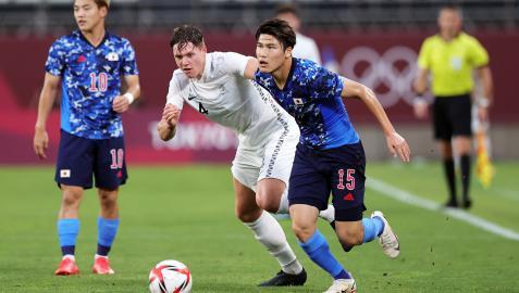 El japonés Daiki Hashioka trata de marcharse del jugador neozelandés Nando Pijnaker
