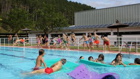 Participantes esta semana en uno de los campamentos de verano organizados por el consistorio de Esteribar, en la piscina en Zubiri