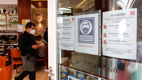 Exigencia de certificado covid o  prueba negativa en 72 horas en un local de Santiago de Compostela