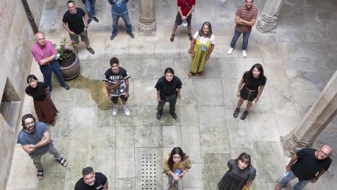 Los participantes en el aula de teatro, durante un descanso en el patio de la casa de cultura. Se quitaron la mascarilla para la foto