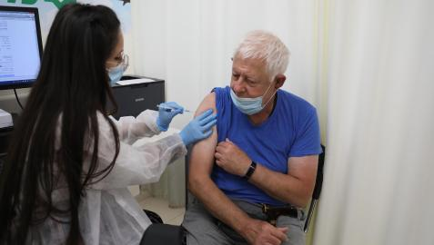 Un hombre mayor de 60 años recibe la tercera dosis de la vacuna en Jerusalén