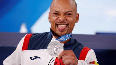 Rayderley Zapata muestra su medalla de plata en el podio