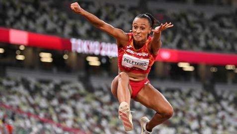 Ana Peleteiro, durante uno de sus saltos en la final