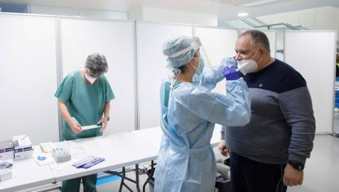 Una sanitaria realiza un test de antígenos en el centro de salud del Segundo Ensanche de Pamplona