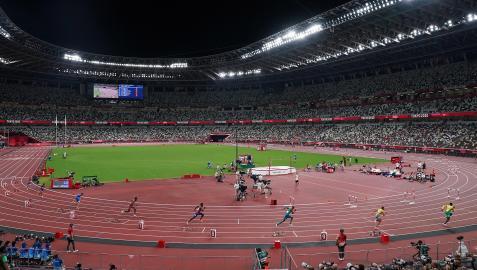Los atletas de una serie de 800 metros toman la salida en el Estadio Olímpico de Tokio