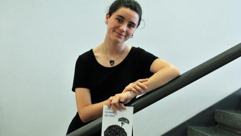 Amaia Irigoyen Lassa posa junto a su nuevo libro, Verdades del alma, en una presentación en la Casa de la Juventud de Pamplona