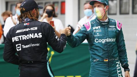 Lewis Hamilton y Sebastian Vettel se saludan al finalizar el GP de Hungría