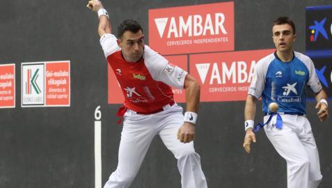 Erik Jaka golpea a una pelota en presencia de Peña II ayer por la tarde en Oñate.