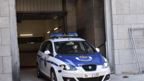 Un coche patrulla de la Ertzaintza abandona los juzgados de Durango (Bizkaia)