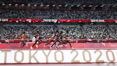 Las atletas de la final de 5.000 corren por la pista con la vencedora Sifan Hassan cerrando el grupo de destacadas
