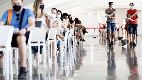 Varias personas esperan tras ser vacunadas en la Ciudad de las Artes y las Ciencias de Valencia