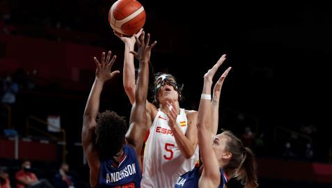 La base española Cristina Ouviña trata de anotar durante el partido entre España y Serbia