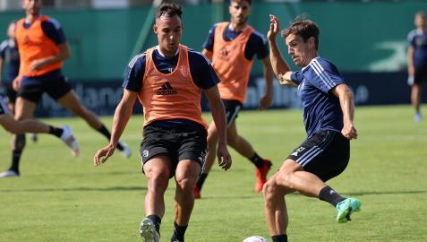 Unai García intenta un pase de Iñigo Pérez en el entrenamiento de ayerº