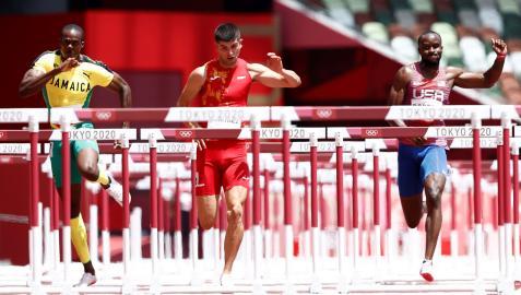 Asier Martínez durante la carrera de las semifinales de 110 m vallas masculino de los Juegos Olímpicos de Tokio